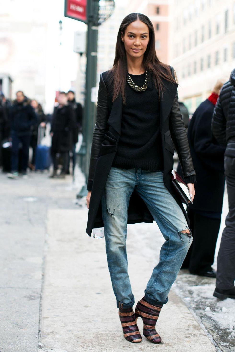 new york fashion week autum winter 2014 street style trends ripped jeans 06 Trend alarm: Pocepaj svoje farmerke