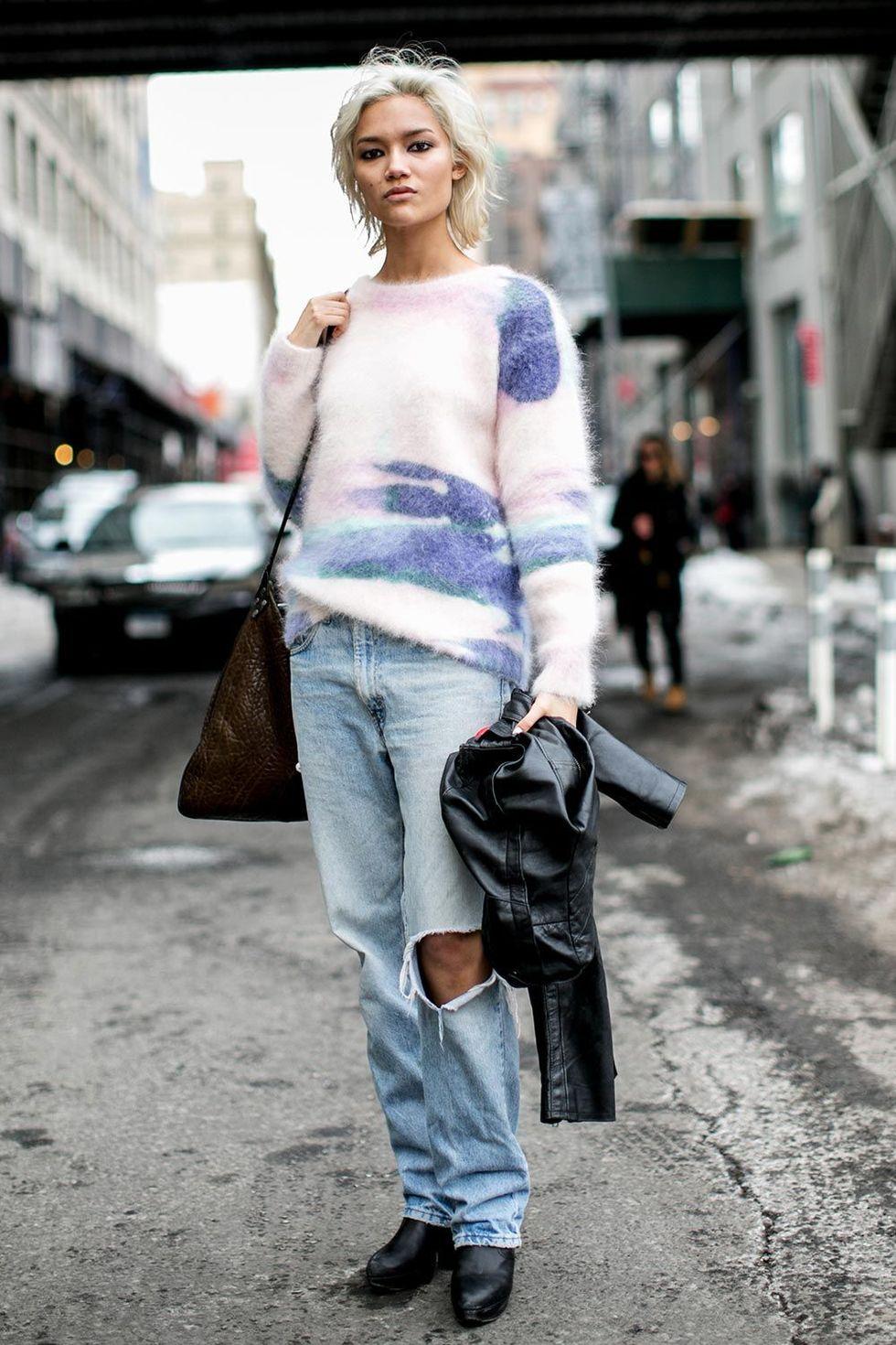 new york fashion week autum winter 2014 street style trends ripped jeans 08 Trend alarm: Pocepaj svoje farmerke