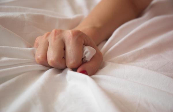 orgasmOMXhandgrabbingsheet A zašto žene glume orgazam?