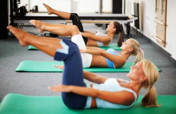 woman crunches 01 Fitness meni: Put do ravnog stomaka
