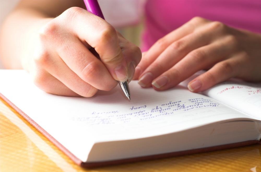 01 woman writing Striptiz za pismene: Nekad sam živela, a sad pripovedam