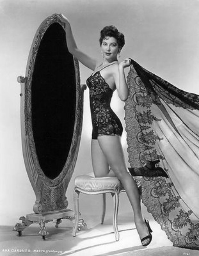 Ava Gardner u crnom kombinezonu Lepota kao imperativ: Donji veš