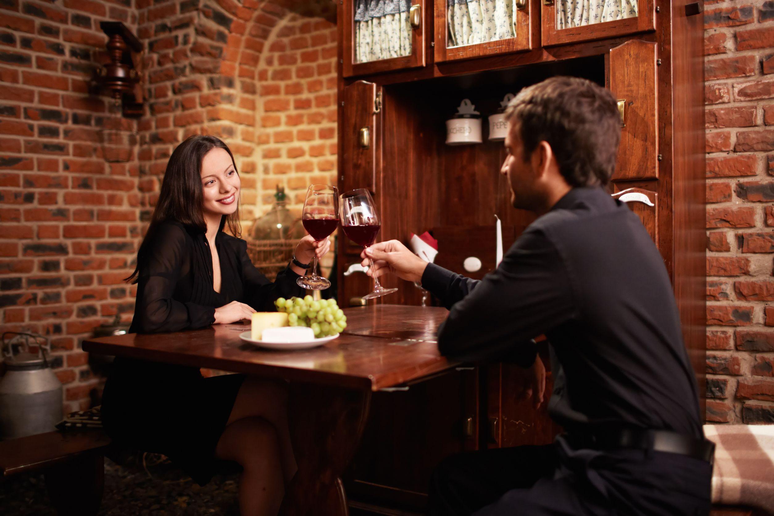 Couple in restaurant Lekcije iz bontona: Ponašanje u restoranu