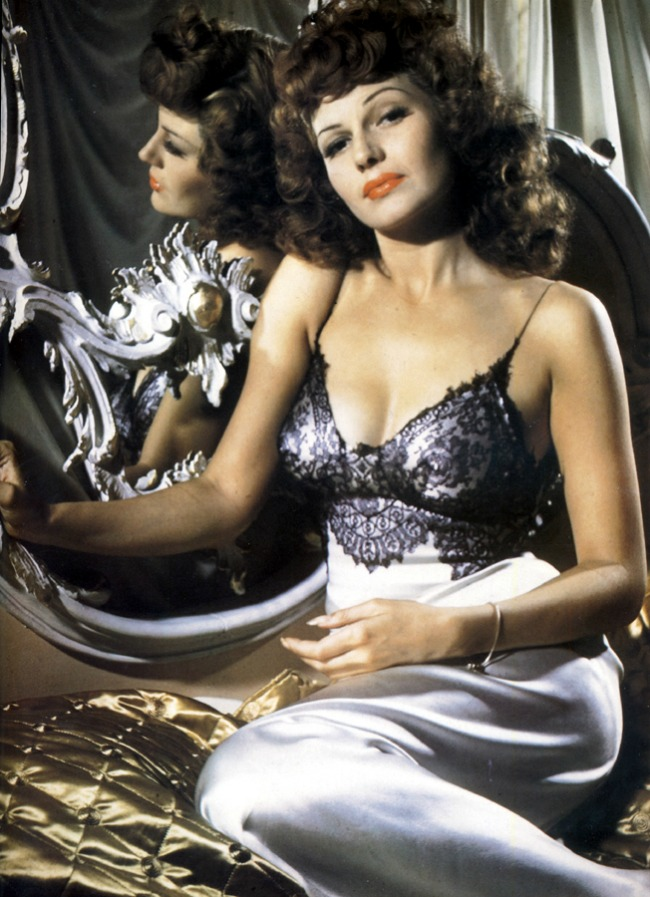 Rita Hejvort u svilenoj spavacici Lepota kao imperativ: Donji veš