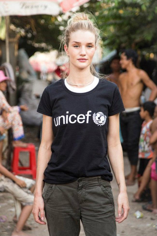 Rosie Huntington Whiteley 9 Vogue 23May14 Unicef Cam14 Sharron Lovell b 426x639 Modne vesti: Giamba, Unicef i Sem Rajli