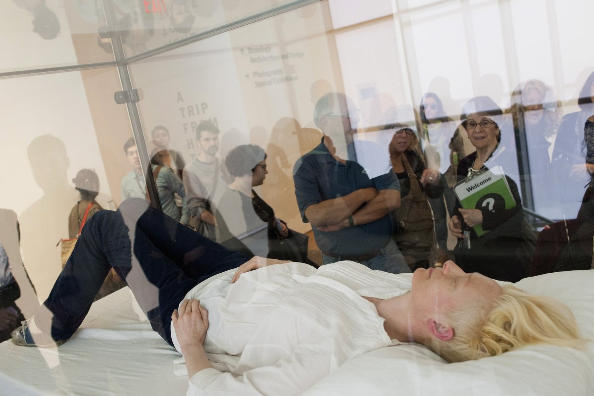 actress tilda swinton partook in a piece of performance art called the maybe when she slept in a glass box at new yorks museum of modern art last march swinton would appear at various times and places throughout th Umetnost je kul: Performansi, skulpture i ostala čuda