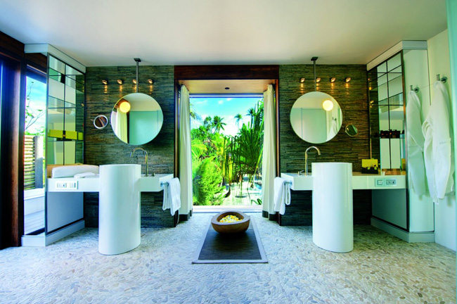 even the bathroom opens up to the outdoors Odmor za oči: Luksuz na ostrvu Marlona Branda
