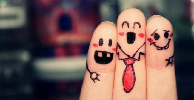 happy humor friends fingers happiness Glavom kroz zid: Smisao života je...
