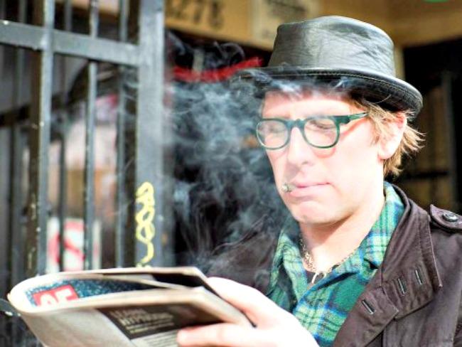 hipster smoking reading I pametni greše: Stvari koje inteligentni ljudi rade