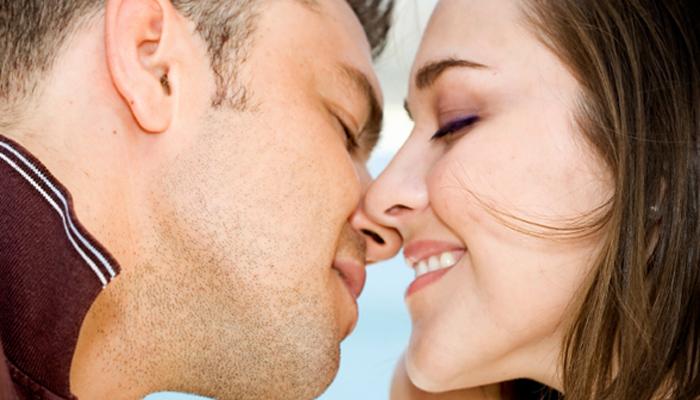 kissing couple1 Pet razloga zašto nam strast ne dozvoljava da spavamo