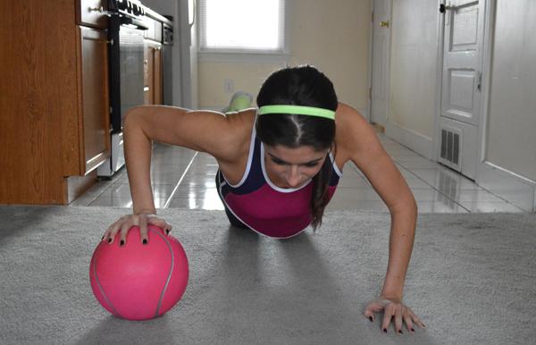 med ball push ups Wannabe Fit: Vežbe za podizanje grudi