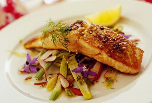 photolibrary rm photo of grilled salmon on vegetables Fitnes meni: Mediteranski četvrtak