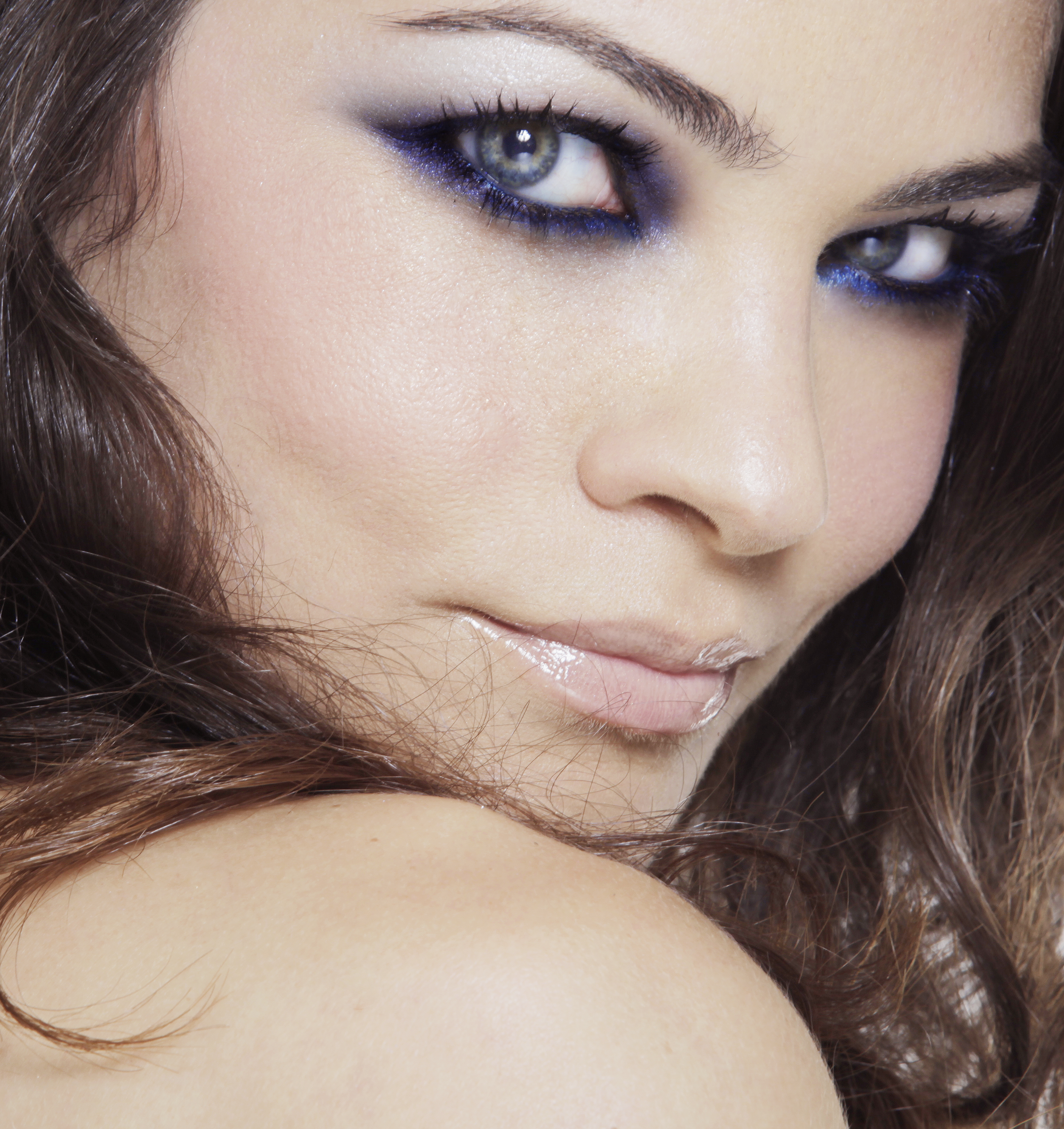 plavo 2 Make up saveti Marka Nikolića: Naoružajte se BB kremom i ružem u svetlijoj nijansi