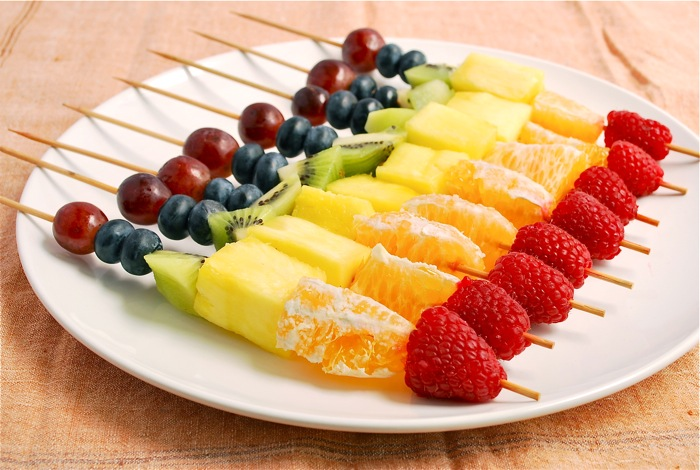 rainbow fruit skewers 2 Fitnes meni: Vegetarijanski ponedeljak
