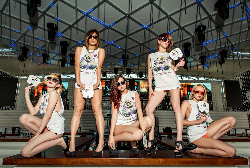 Fluid 4 Fluid devojke spremaju seksi nastup na Space Ibiza žurci
