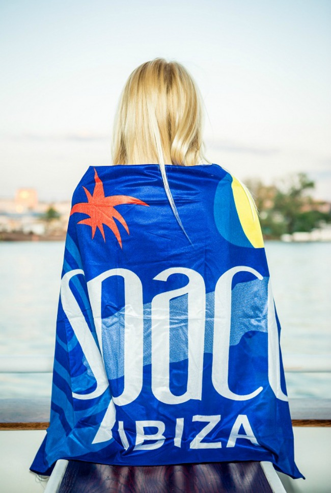 Fluid Fluid devojke spremaju seksi nastup na Space Ibiza žurci