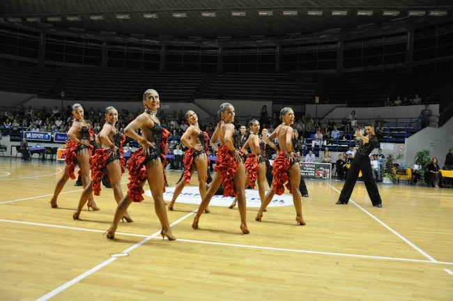 Formacijski nastup plesnog kluba Vracar Svet je lepši kada plešemo: Najbolji plesači Srbije na državnom prvenstvu