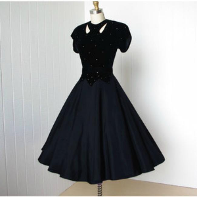 Jednostavna puna suknja i bluza zanimljivog kroja Lepota kao imperativ: Krpice, cipele i modni dodaci