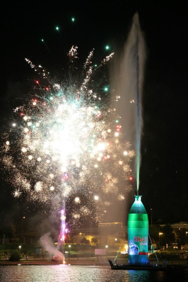Knjaz Milos boca na svecanom otvaranju Zanimljivo: Najveća boca na vodi