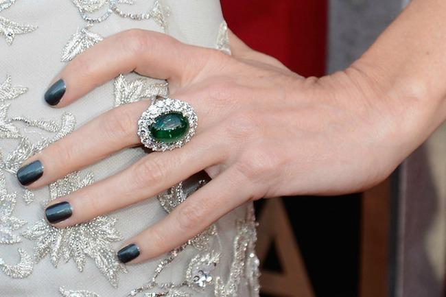 Prelep smaragdni prsten Lepota kao imperativ: Krpice, cipele i modni dodaci