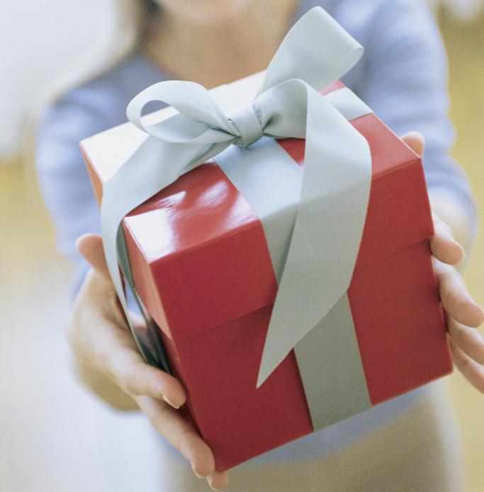 Woman Giving Gift Numerologija: Kakav poklon je idealan za tebe?