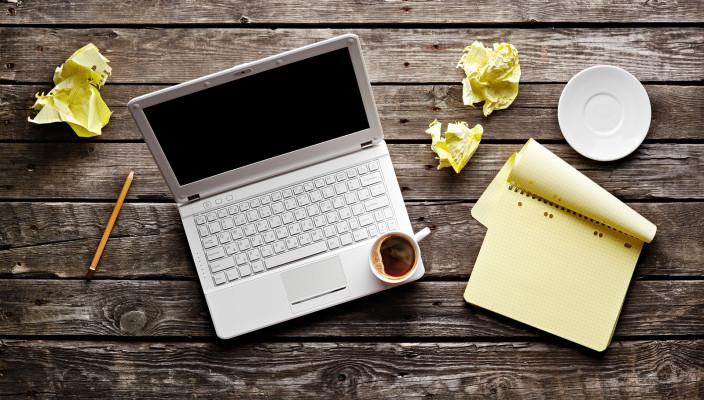 bigstock Laptop with crumpled paper bl 36467365 704x400 Konkurs za novinare: Budi nova Wannabe zvezda