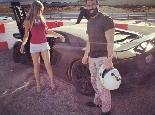 bilzerian 2 607x450 Kralj Instagrama: Muškarci bi da budu on, a žene da budu sa njim
