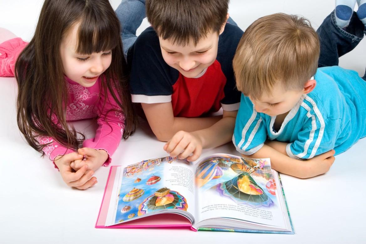 crazy kids reading  Dečiji sajam: Moja knjiga za tvoj osmeh