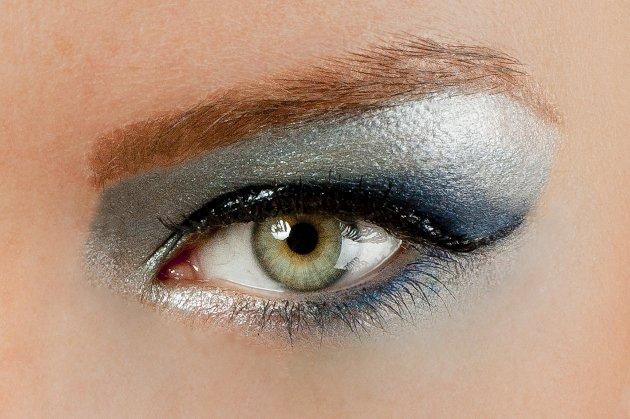 embedded frosty eyeshadow makes you look old Ženski kutak: Da li te šminka čini starijom?