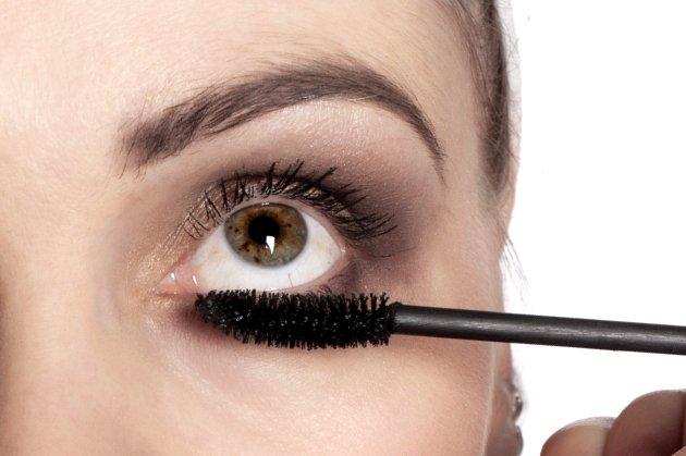 embedded mascara on lower lashline Ženski kutak: Da li te šminka čini starijom?