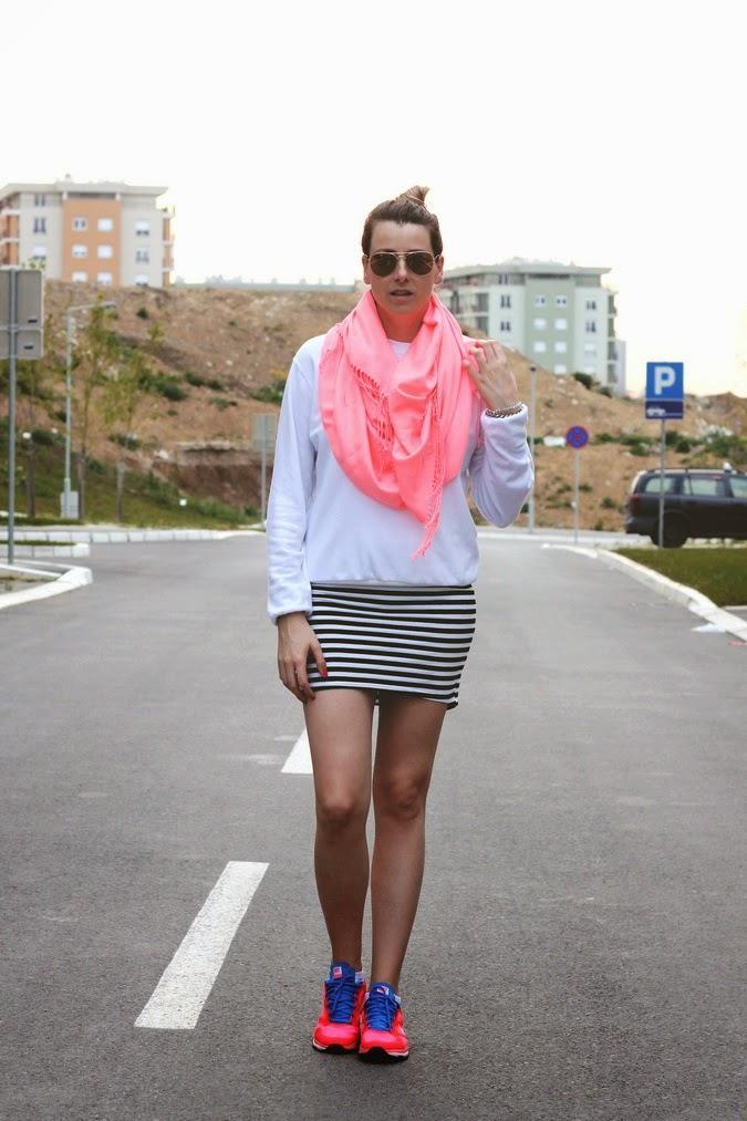 striped skirt neon scarf neon sneakers fRashion by Marina 1 Modni blogovi: Šta nose domaće blogerke ovih dana?