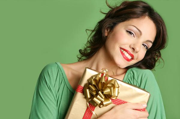 woman with christmas gift Horoskop i pokloni: Šta kupiti kao rođendanski poklon?
