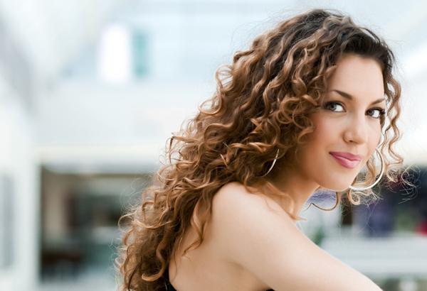 woman with curly hair copy Zvezde poručuju: Ovo su frizure za vaš horoskopski znak