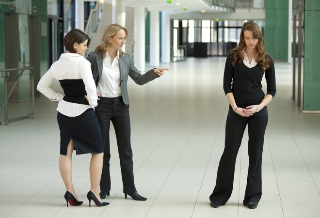 women bullying women 660x450 Pet strategija koje će vam pomoći da ne osuđujete