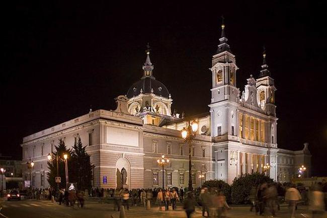 Catedral de la Almudena Vodič kroz Madrid: Mesta koja bi trebalo posetiti