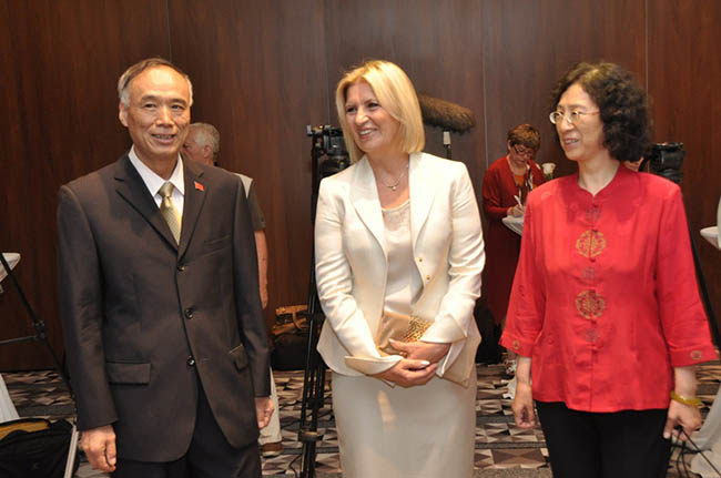 Li Manchang Dragica Nikolic i zena ambasadora Pokrenut društveno odgovorni projekat Huawei Telecom Seeds for the Future