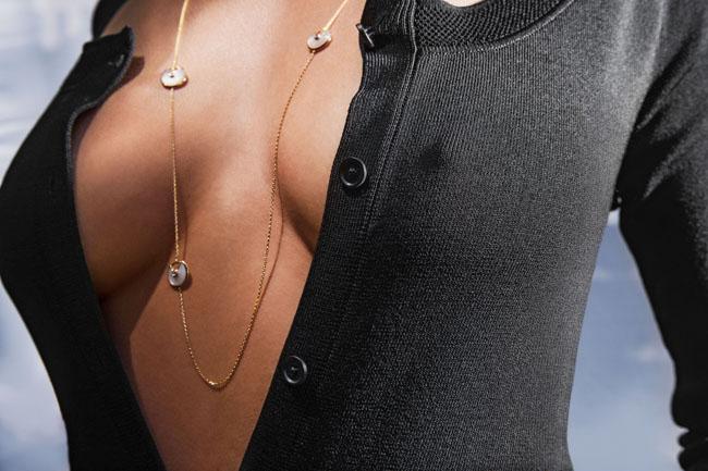 duge ogrlice3 Letnji stil: Dugi lančići i otkopčani dugmići