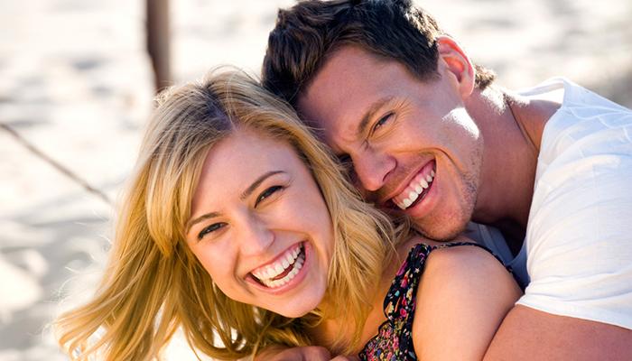 happy couple smiling Evo kako da privučete željene posledice
