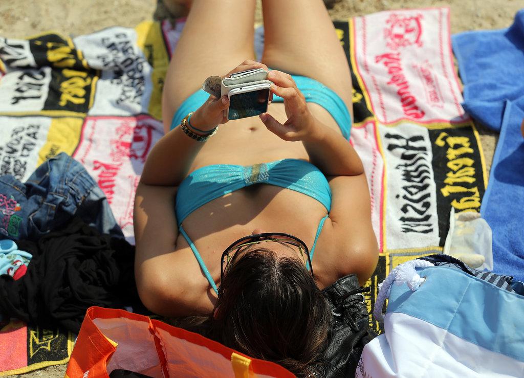 mid July woman hit beach Weymouth England Selfie manija: Telefon otporan na plažu