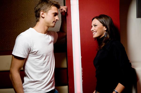 woman flirting with man Opasne preporuke: Imaš li neku drugaricu za mene?