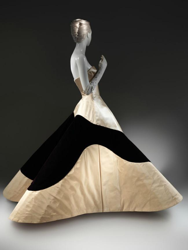 beyond fashion izlozba kostima carlsa dzejmsa balske haljine Beyond Fashion: Izložba toaleta Čarlsa Džejmsa