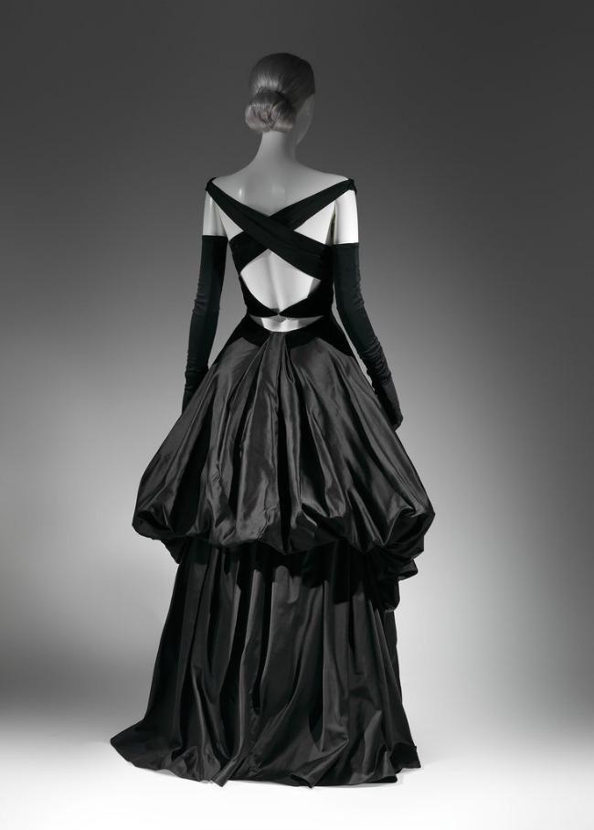 beyond fashion izlozba kostima carlsa dzejmsa crna satenska haljina Beyond Fashion: Izložba toaleta Čarlsa Džejmsa