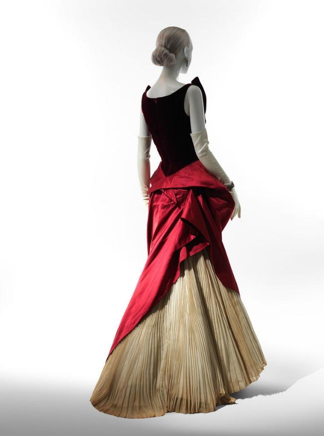 beyond fashion izlozba kostima carlsa dzejmsa haljina iz viktorijanskog doba Beyond Fashion: Izložba toaleta Čarlsa Džejmsa