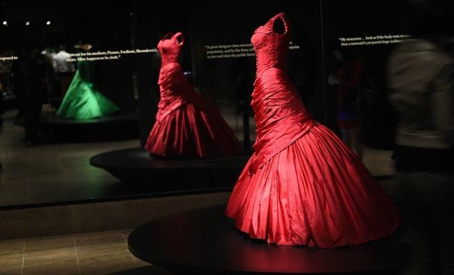 beyond fashion izlozba kostima carlsa dzejmsa ronald ti Beyond Fashion: Izložba toaleta Čarlsa Džejmsa