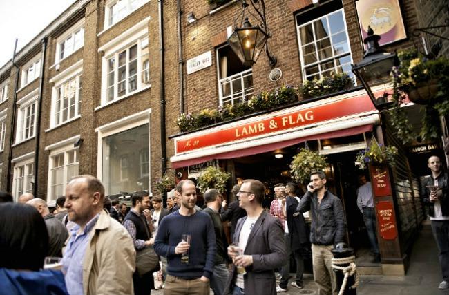 oko sveta najpoznatiji pabovi londona lamb flag Oko sveta: Najpoznatiji pabovi Londona