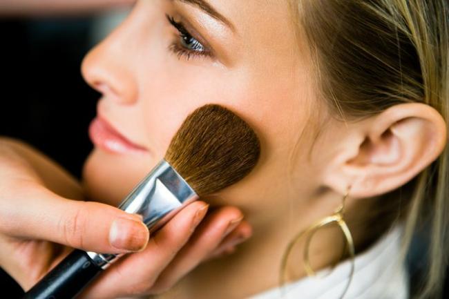 sminkanje1 Beauty No No: Pet najgorih grešaka u šminkanju tokom leta
