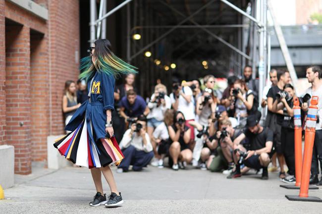 šareni otfit Street style na njujorškoj Nedelji mode
