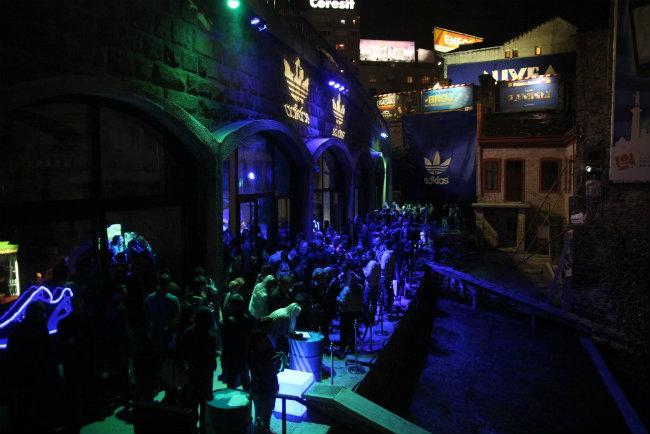 Galerija ŠTAB pre otkrivanja murala Gosti žurke zajednički dizajnirali adidas patike