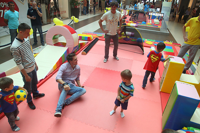 Glumci igraju fudbal sa malisanima Glumci, pevači i sportisti igrali fudbal sa decom u Ušću
