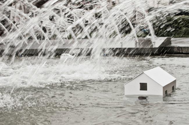 """Kiša još pada Instalacija na Trgu Republike dan Humanitarna izložba Kiša još pada"""" za pomoć ugroženima od poplava"""